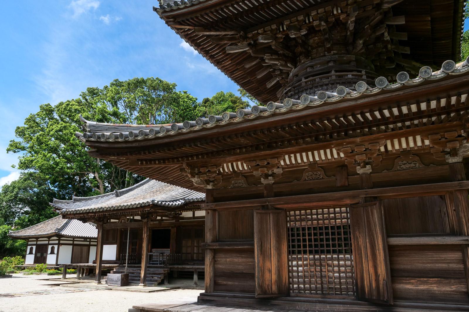 3棟の国宝を擁する長保寺